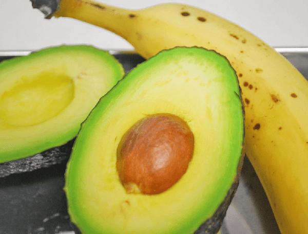 塩分を排出する食材 アボカド・バナナ写真